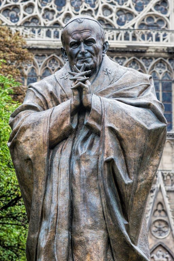 Staty för påve John Paul II bredvid Notre Dame Cathedral i Paris, Frankrike royaltyfria foton