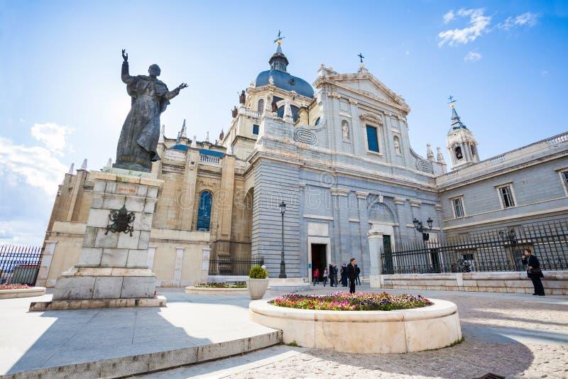 Staty för påve John Paul II framme av domkyrkan Almudena på en spr royaltyfria bilder