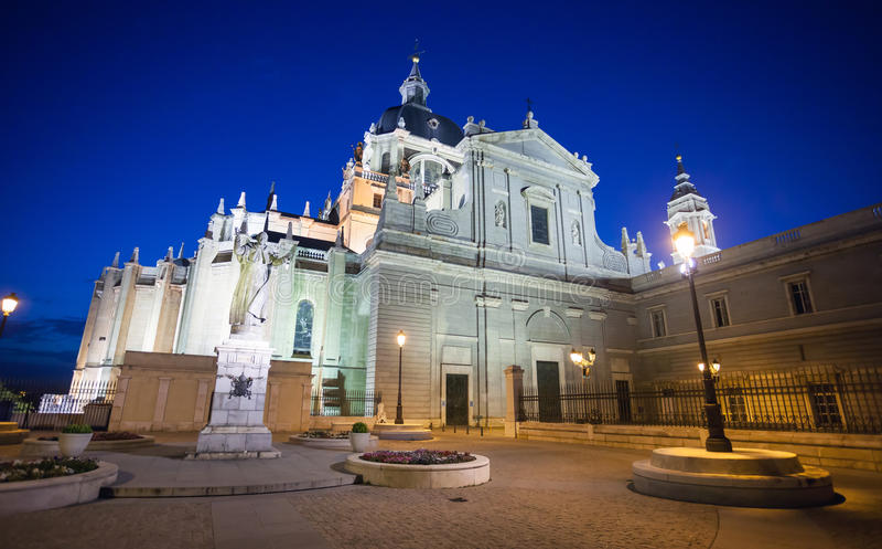 Staty för påve John Paul II framme av domkyrkan Almudena på en spr arkivfoton