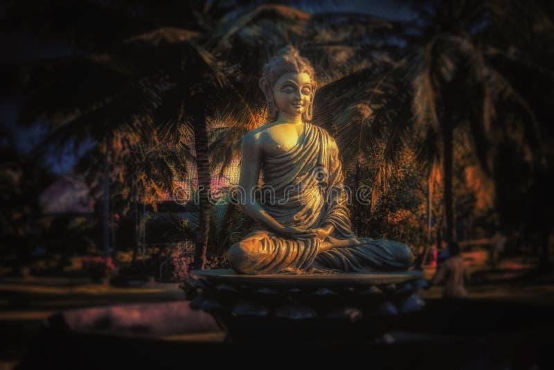 Staty för pyramiddalbudha royaltyfria bilder