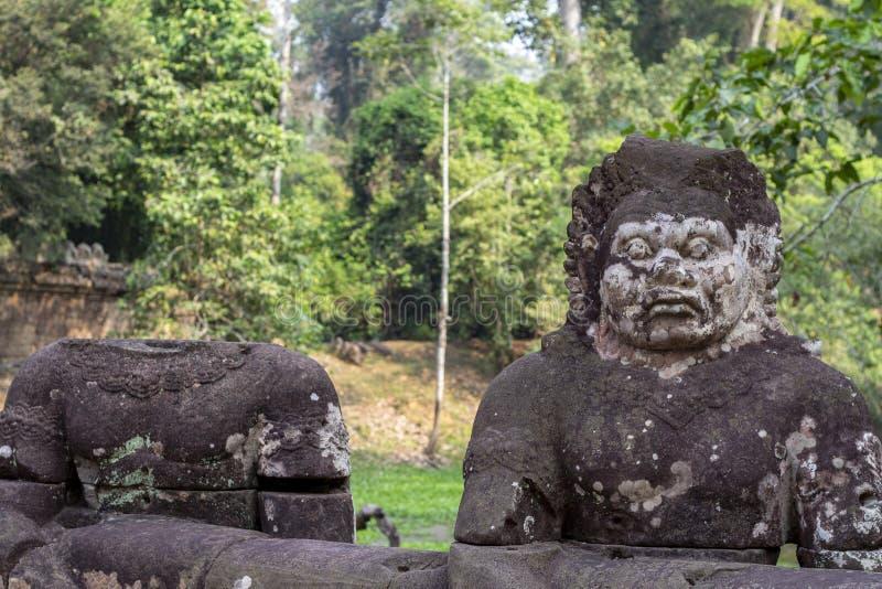 Staty för sten för en khmerman mossig Angkor Wat tempel, Cambodja Hel och huvudlös mänsklig staty royaltyfri bild