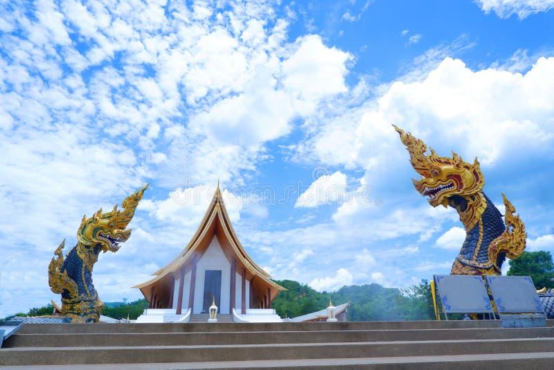 Staty för två Naga, konung av nagasormdjuret i buddistisk legend royaltyfria bilder