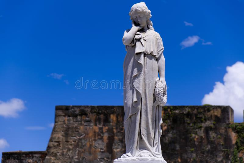 Staty för ung kvinna med handen på kind fotografering för bildbyråer