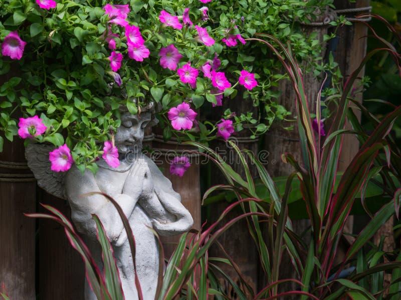 Staty för vinkel för cement för berlock för Closeuptappning härlig i garden arkivbilder