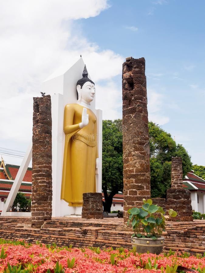 Staty f?r Phra Attharot anseendeBuddha, Phitsanulok landskap, Thailand royaltyfria foton