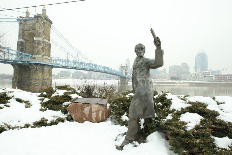 Staty framme av Johnen A Roebling upphängningbro i Ci royaltyfria bilder