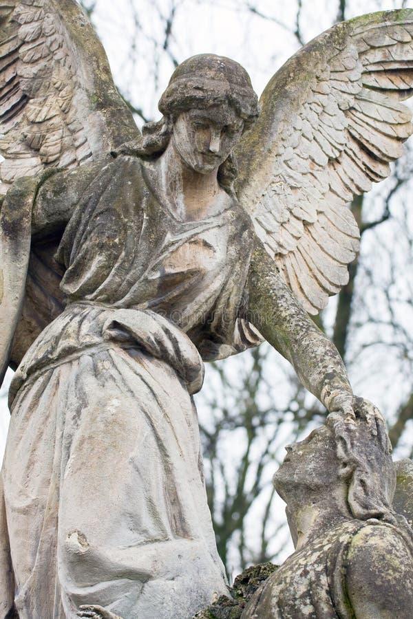 Staty i en kyrkogård royaltyfri foto
