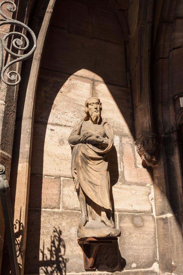 Staty i portal av den södra dörren av domkyrkan för St Lorenz, Nurember royaltyfria foton