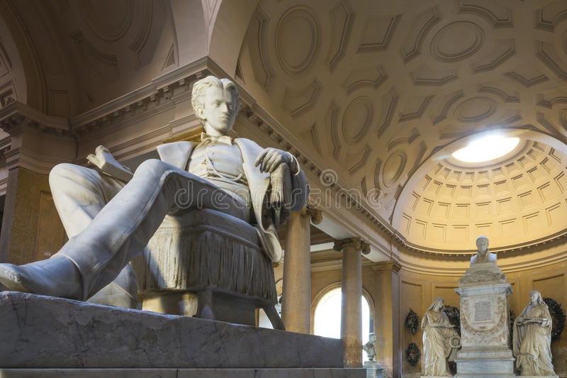 Staty inom gammal kyrkogård royaltyfria foton