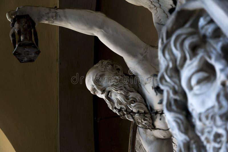 Staty inom gammal kyrkogård fotografering för bildbyråer