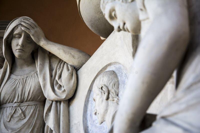 Staty inom gammal kyrkogård arkivbilder