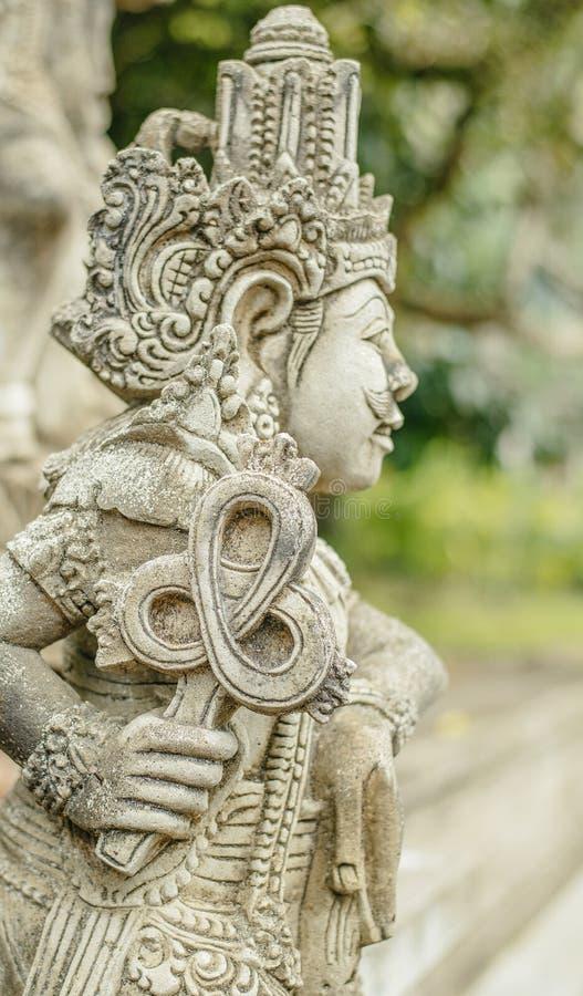 Staty med Ankh i den Tirta Empul templet royaltyfri bild