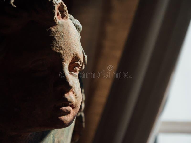 Staty med framsidan av barnet med den exponerade halva framsidan arkivfoton