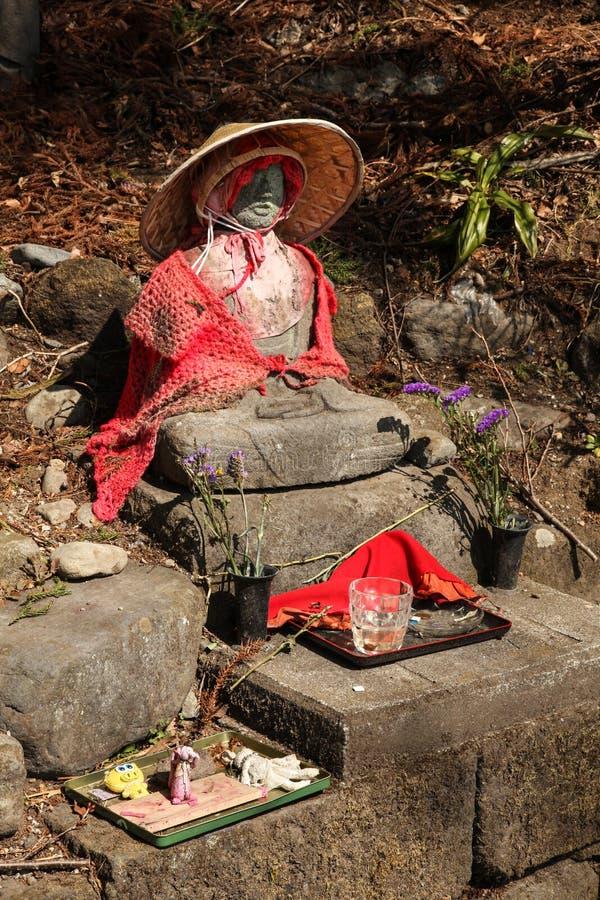 Staty med kläder i den Nikko Japan templet fotografering för bildbyråer