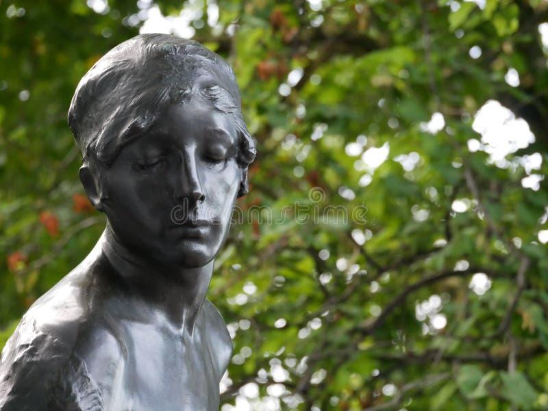 Staty med nära ögon arkivbild