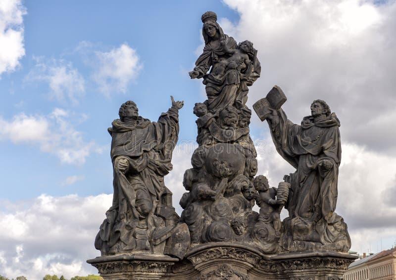 Staty med oskulden Mary och spädbarnet Jesus, St Dominic och helgon Thomas Aquinas, på Charles Bridge, Prague royaltyfria foton
