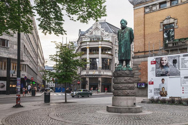 Staty nära nationell teater i Oslo, Norge arkivfoto