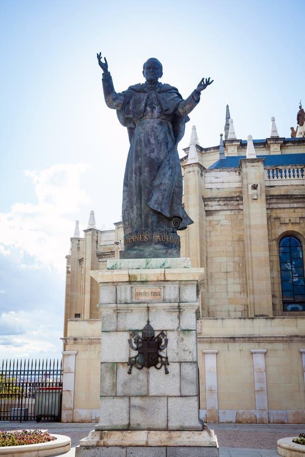 Staty och domkyrka Almudena för påve John Paul II på en vårdag royaltyfria foton