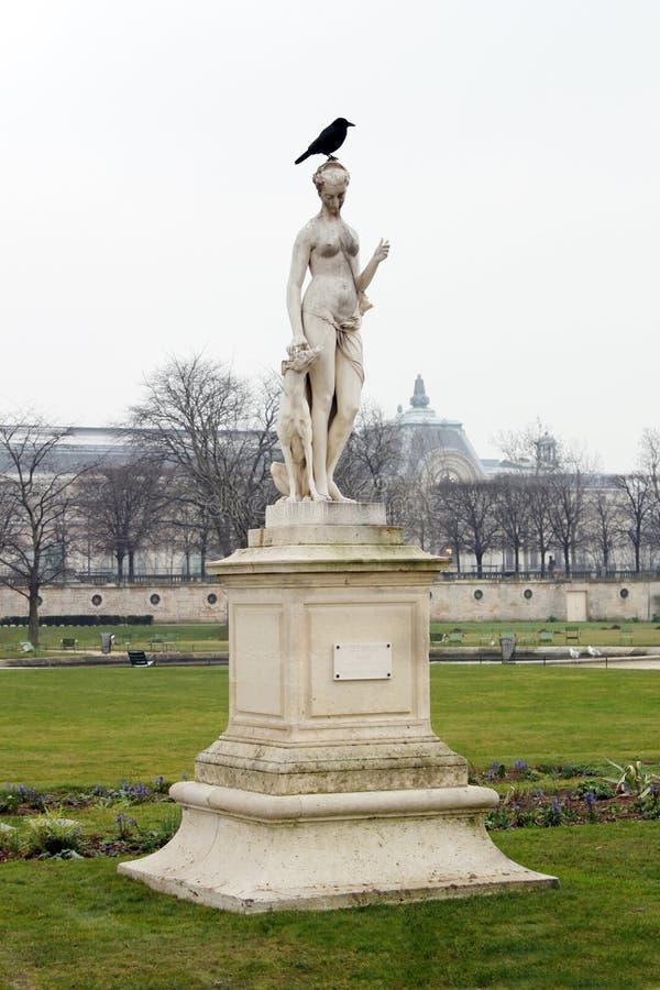 Staty och fågel Diana, hund och korpsvart royaltyfri bild