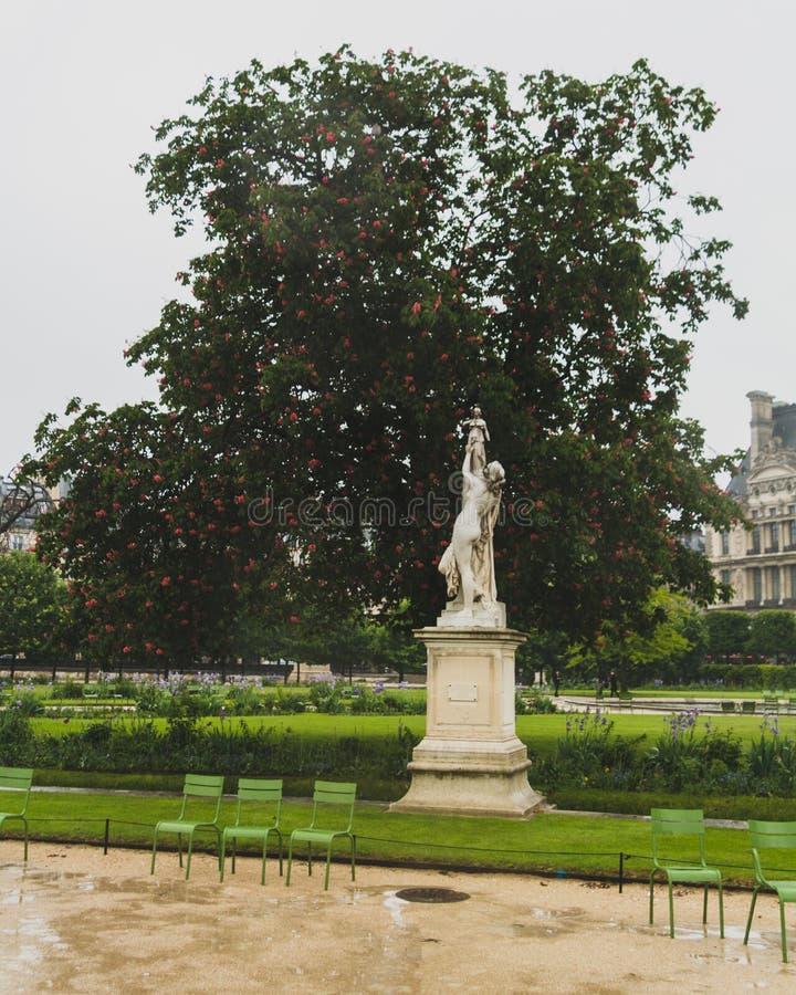 Staty och träd i den Tuileries trädgården, i Paris, Frankrike arkivfoto