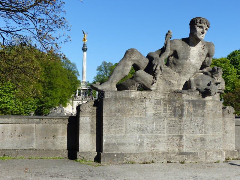 Staty på den Luitpold bron och ängel av fred i bakgrunden munich germany royaltyfri fotografi