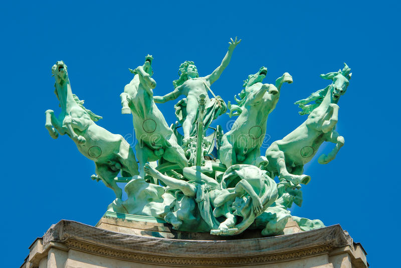 Staty på taket av storslagna Palais, Paris royaltyfri fotografi