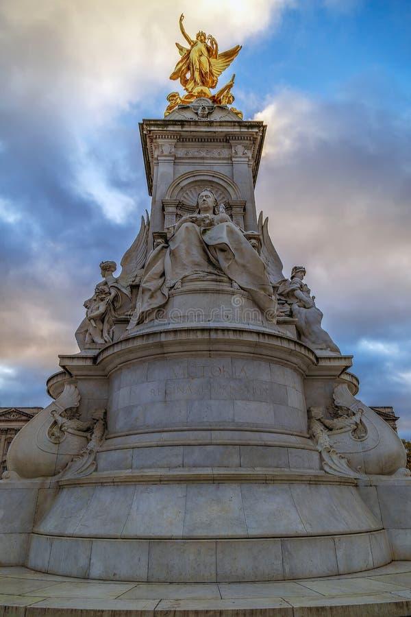 Staty på Victoria Monument Memorial, London, UK royaltyfri foto