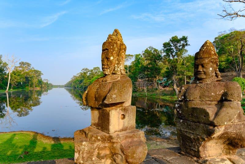 Staty p? den s?dra bron, ing?ng av Angkor Thom, en khmer utformad tempel, Siem Reap, Cambodja arkivbilder