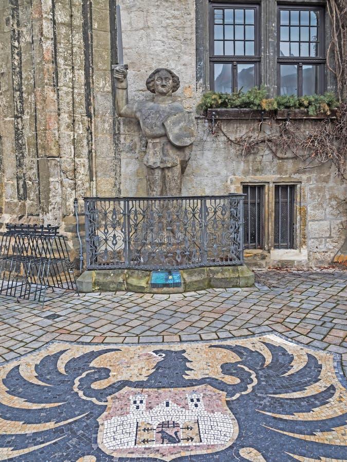 Staty Roland av Quedlinburg och den kommunala vapenskölden arkivfoton