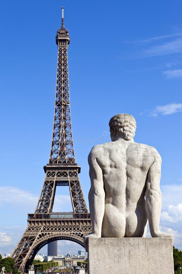 Staty som vänder mot Eiffeltorn i Paris arkivbild