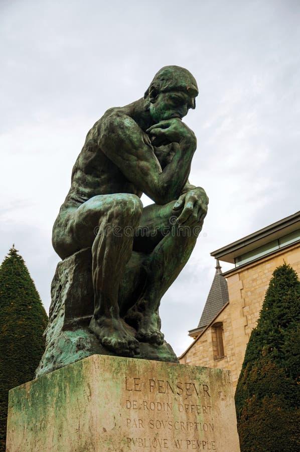 Staty` tänkare`en på trädgårdarna av Rodin Museum i Paris royaltyfri fotografi