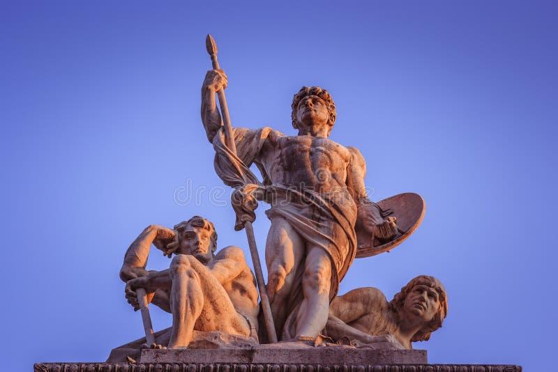 Statyer över den Altare dellaen Patria på solnedgången Capitol Hill Rome, Italien royaltyfri fotografi