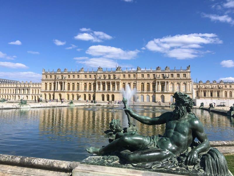 Statyer av den Versailles slotten fotografering för bildbyråer