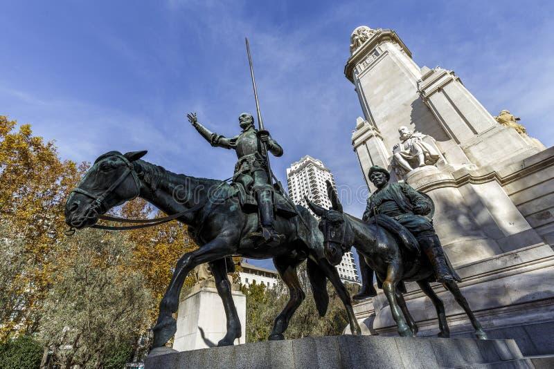 Statyer av Don Quixote och Sancho Panza på plazaen de Espana i Madrid arkivbilder