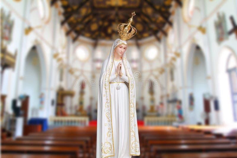 Statyer av Heliga kvinnor i oskarp bakgrund i den romersk-katolska kyrkan royaltyfri fotografi