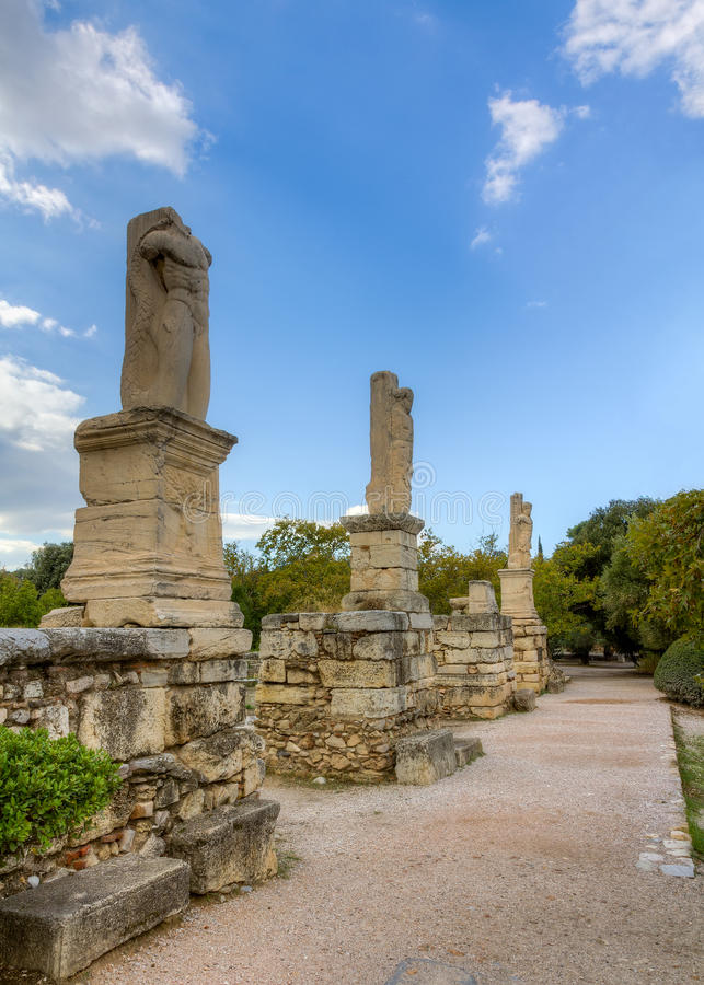 Statyer av jättar och Tritons i marknadsplats av Athens arkivbild