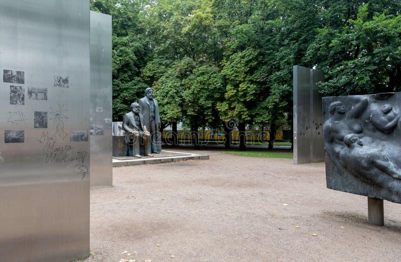 Statyer av Karl Marx och Friedrich Engels i Marx-Engels-forum, Berlin arkivfoto