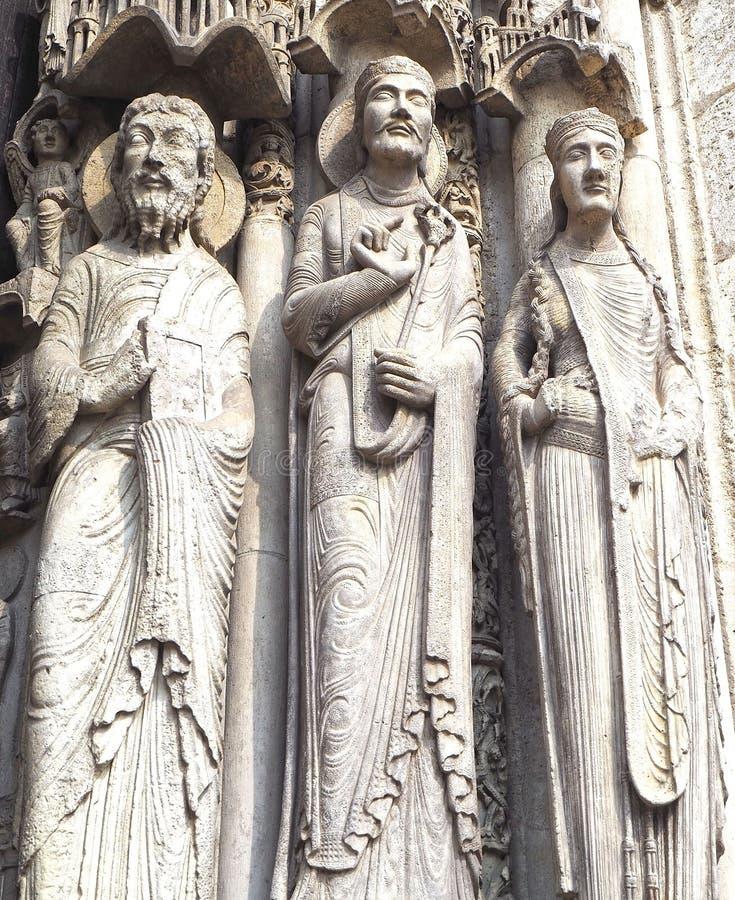 Statyer av katolska helgon på Cathedrale Notre Dame de Chartres, en medeltida gammal katolsk domkyrka i Chartres, Frankrike royaltyfri foto
