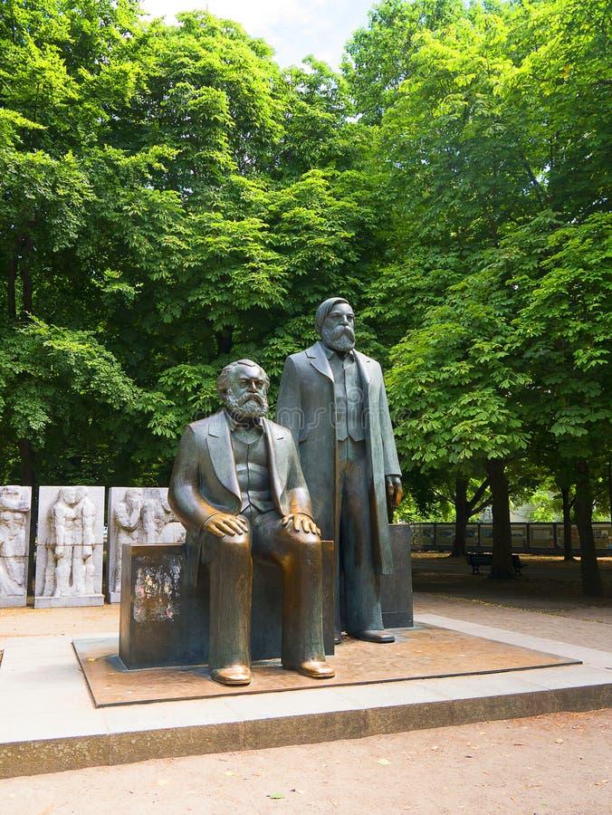 Statyer av Marx och Engels nära Alexanderplatz i vad var sovjetiska östliga Berlin royaltyfri bild
