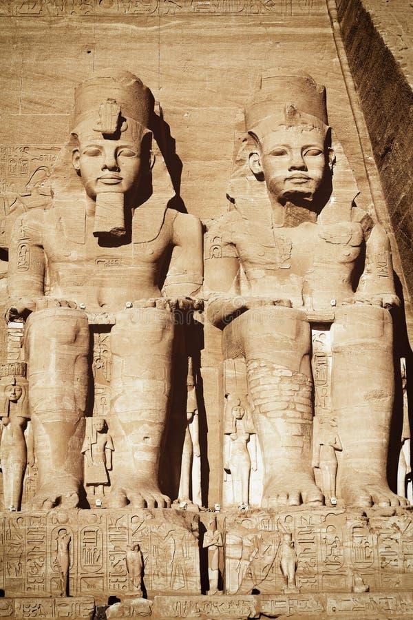 Statyer av Ramessesen II och Nefertari i den Abu Simbel templet arkivfoto