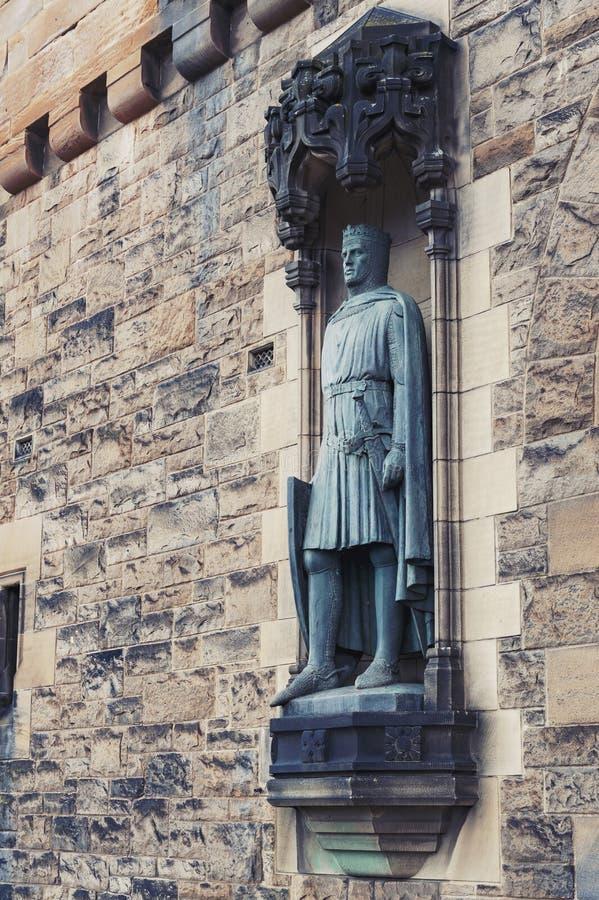 Statyer av Robert Brucen av Thomas Clapperton på porthuset av Edinburgslotten, Skottland, UK arkivbilder
