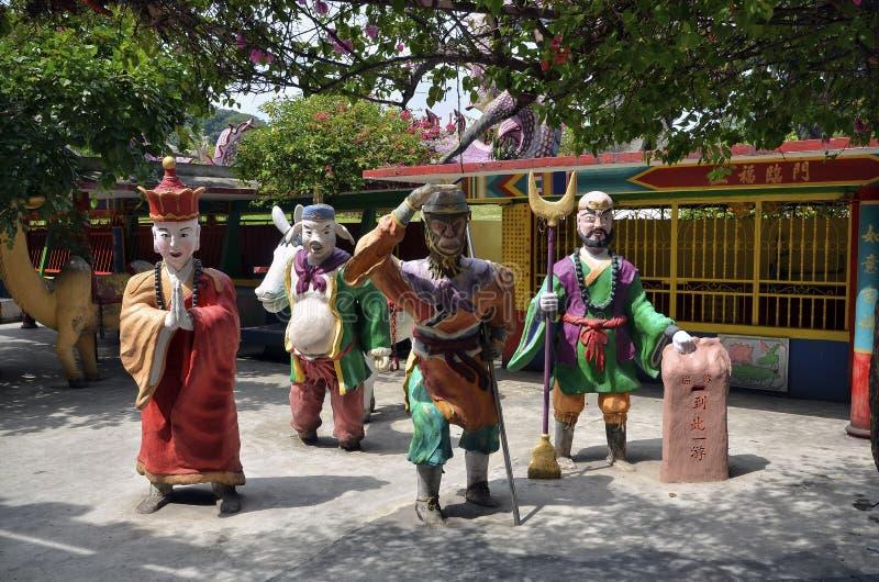 Statyer av tecken från kinesisk mytologi reser till det västra på Ling Sen Tong Cave Temple, Ipoh, Malaysia arkivfoto