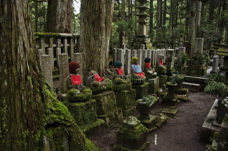 statyer för buddha kyrkogårdokunoin royaltyfria bilder