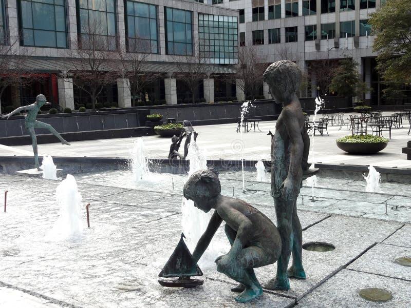 Statyer för vattenspringbrunn i Charlotte, North Carolina royaltyfri foto