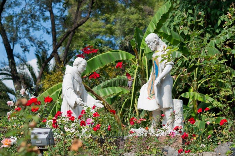 Statyer i den Tepeyac trädgården, Lavilla de Guadalupe, Mexico - stad royaltyfri bild
