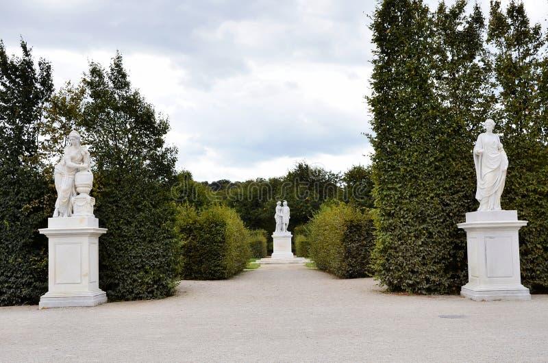Statyer i trädgårdarna av den imperialistiska slotten för Wien ` s royaltyfria bilder