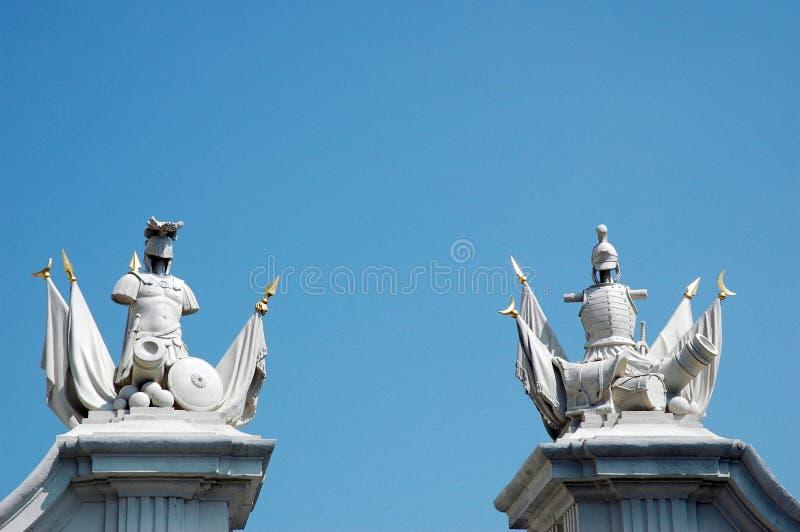 Statyer nära den Bratislava slotten royaltyfri fotografi