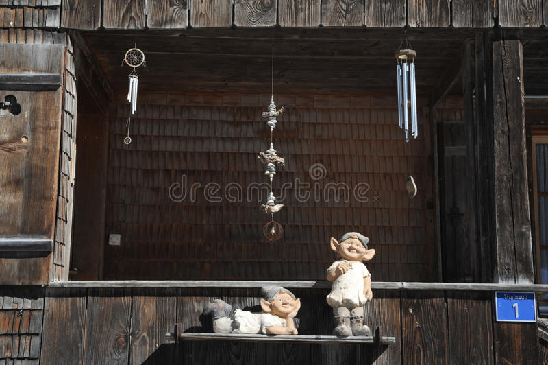 Statyer och glockenspiel på en chalet arkivfoton