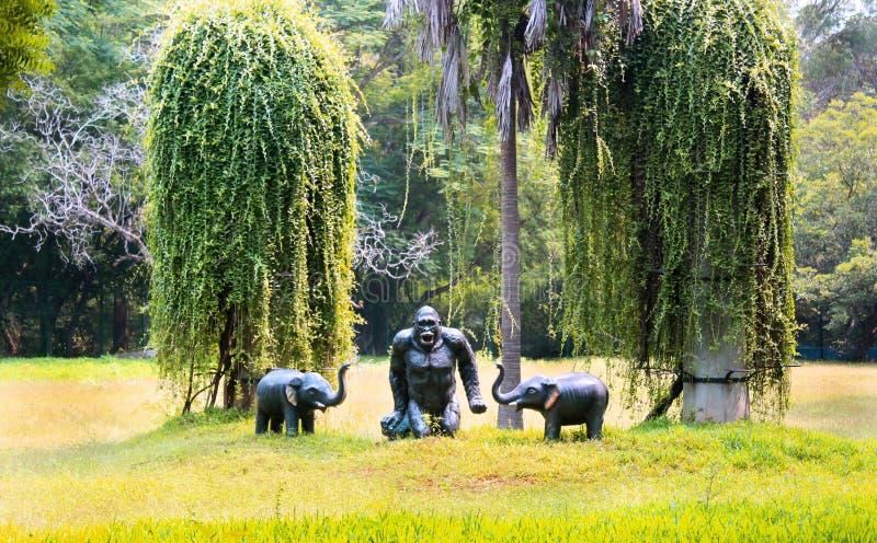 Statyer och rankaväxter i greenfield arkivfoto