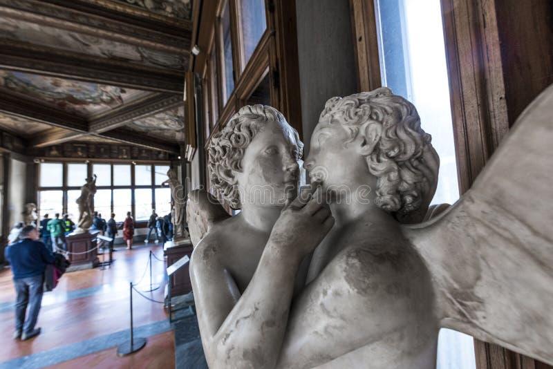 Statyer och turister i det Uffizi gallerit, Florence, Italien arkivfoto